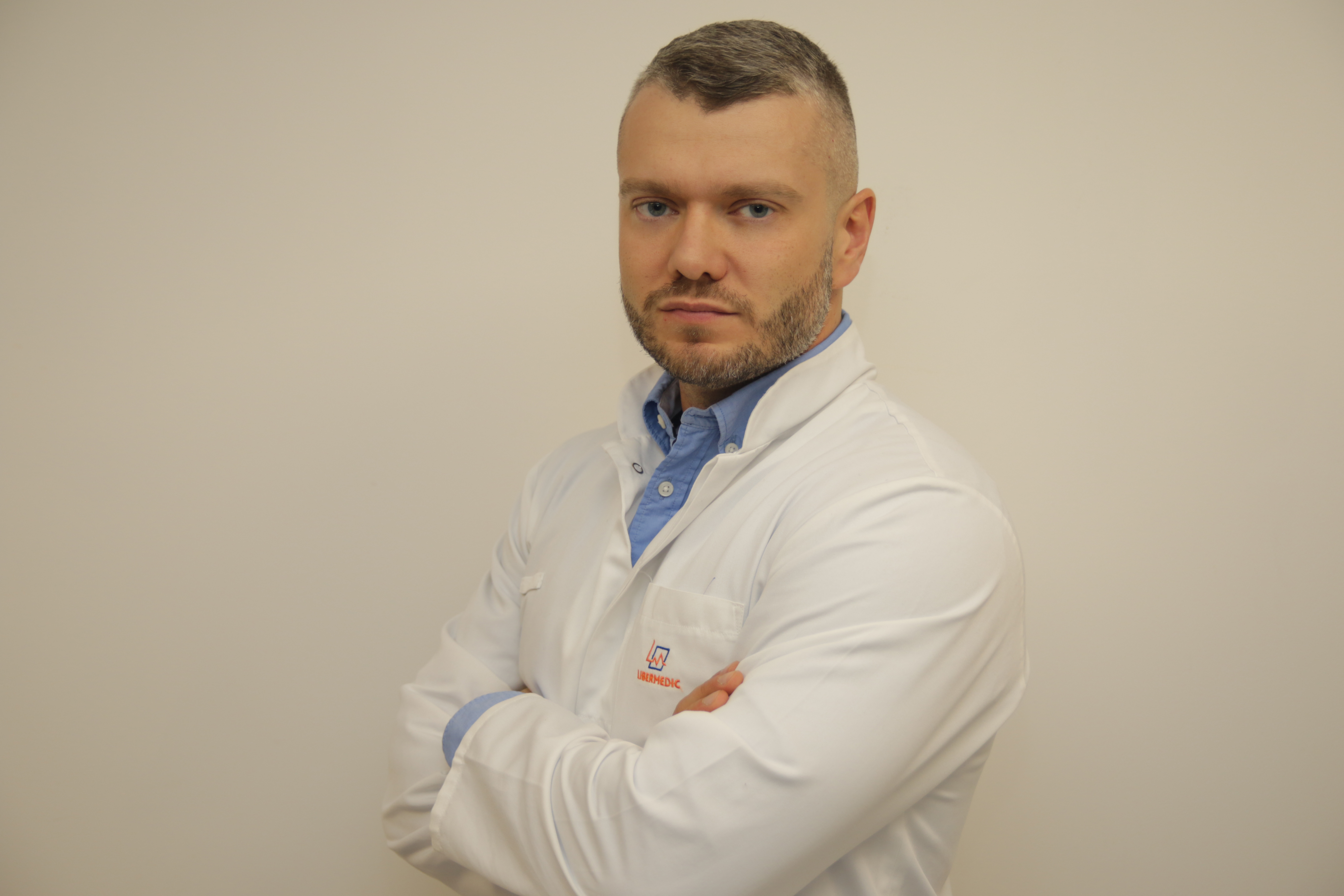 dr n. med. Okulista-chirurg specjalizujący się w laserowej korekcji wzroku (PresbyMax, SmartSurf, PresbyMax SmartSurf). Przeprowadza badania kwalifikacyjne do zabiegów laserowych oraz RLE. Jako jeden z pierwszych w Polsce wykonał operację RLE z Systemem Synergy.